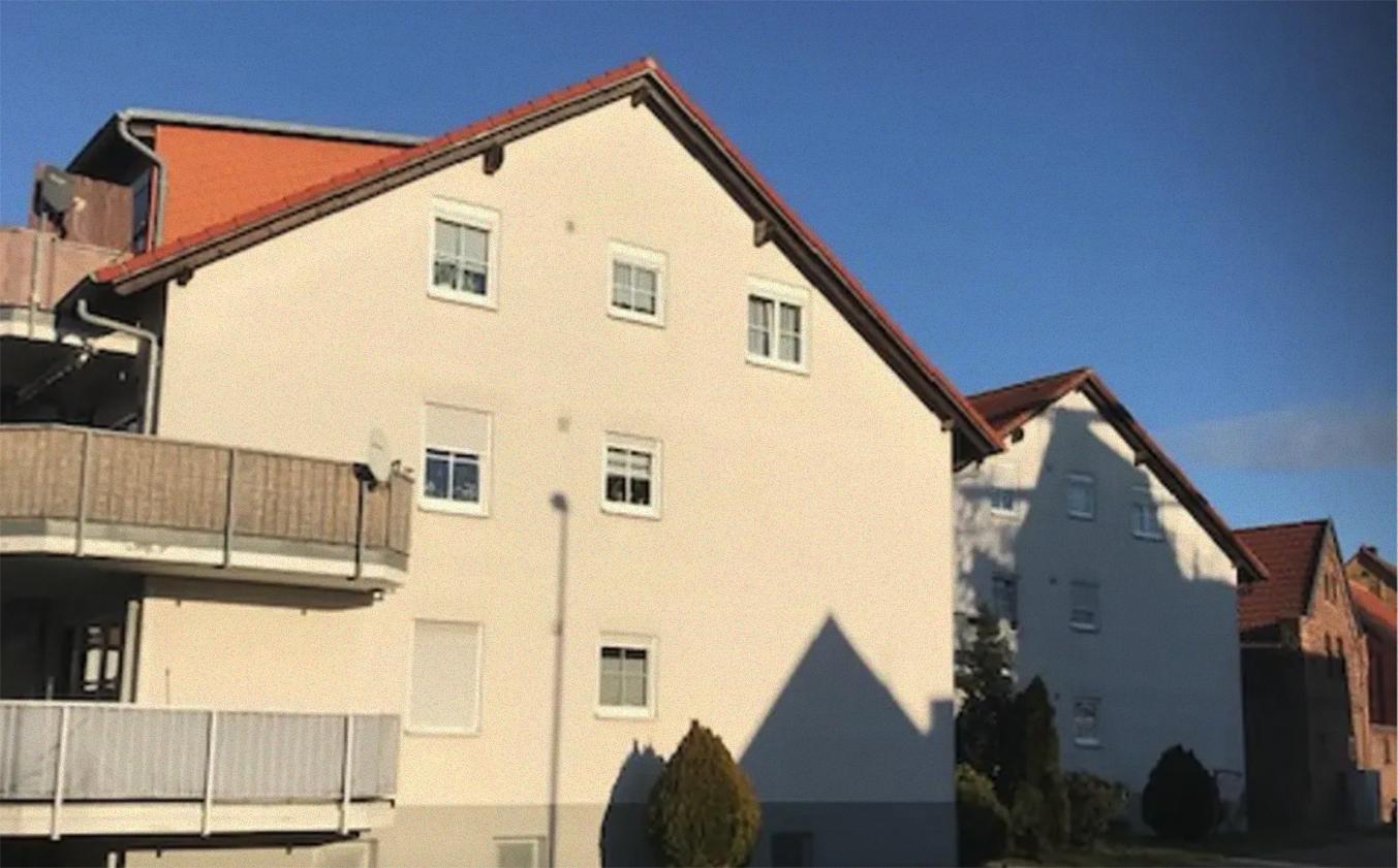 Hausansicht 2-Zimmer-Dachgeschosswohnung mit Balkon in Schönwölkau
